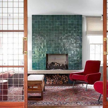 tappeto antico in casa moderna con poltrona rossa