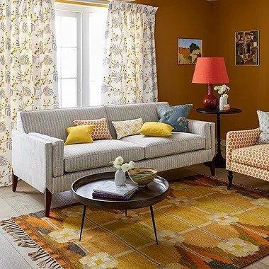 tappeto giallo con divano grigio, chiedi consiglio all'arredatore per sapere quale tappeto è meglio per casa tua