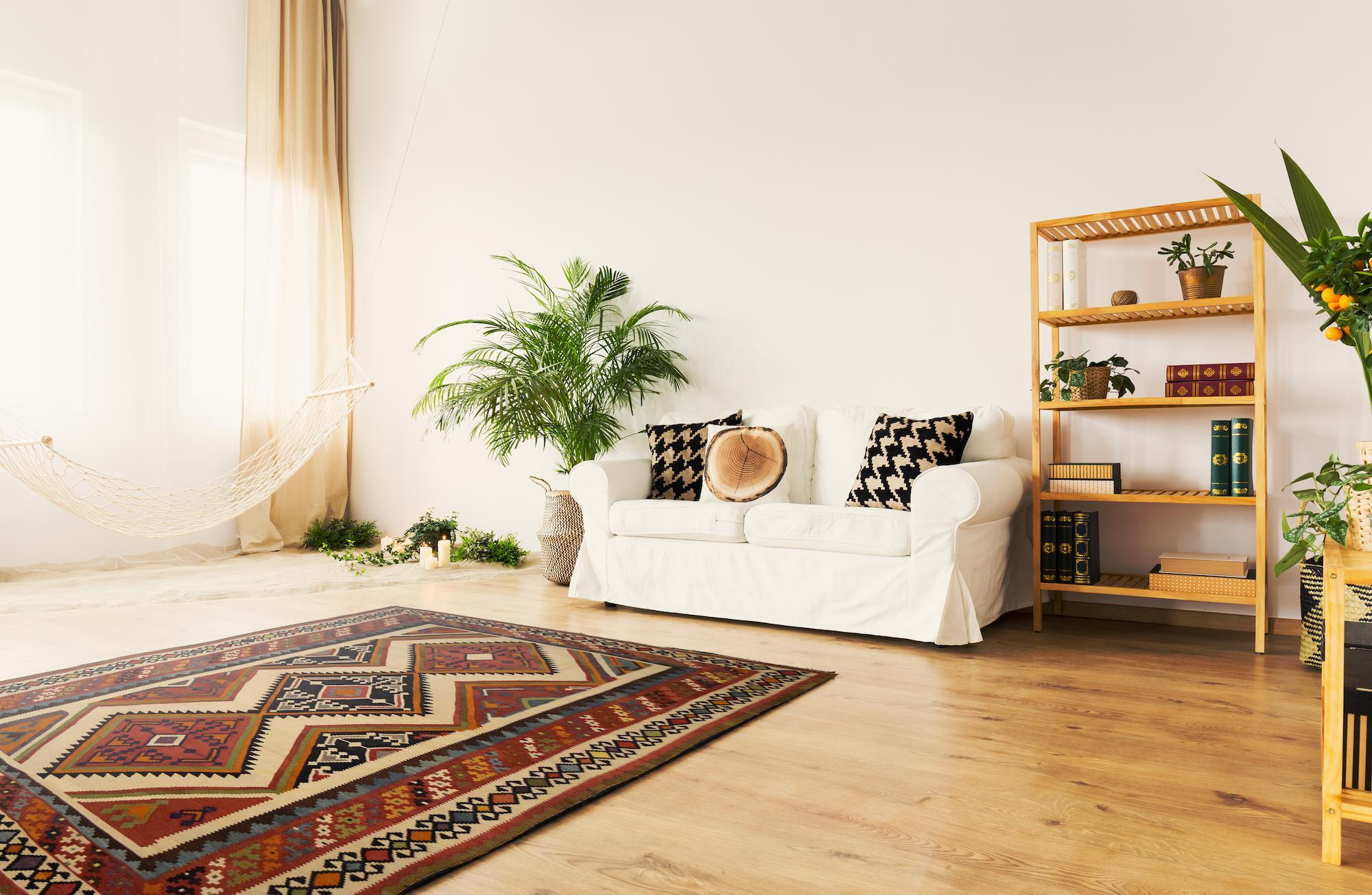 tappeto kilim moderno in casa moderna su parquet in legno con divano bianco